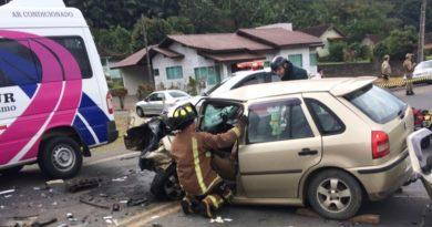 Colisão entre carro e van com 5 ocupantes deixa vítima presa entre as ferragens na SC-110