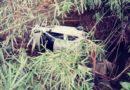 Idosa de 70 anos sai praticamente ilesa após capotamento em barraco à margem de ribeirão