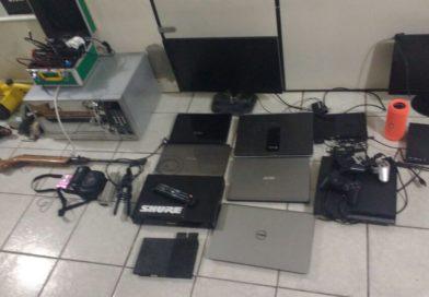 Após monitorar corrida de taxi, polícia chega a residência onde estavam inúmeros produtos furtados em Blumenau