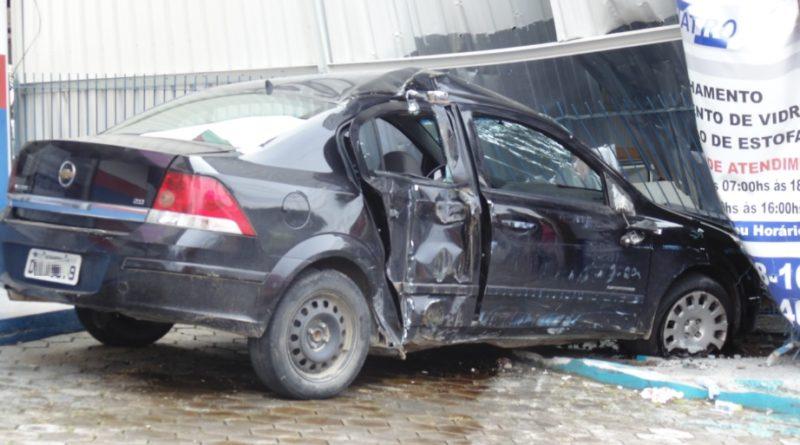 Jovem de 23 anos fica ferido após colidir com veículo em estabelecimento comercial