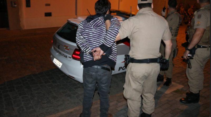 Homem de 30 anos é preso em flagrante pela PM por tentativa de assalto a uma residência em Blumenau