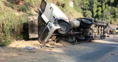 Carreta carregada com soja tomba e corpo do motorista é encontrado sob a carga apenas duas horas e meia depois