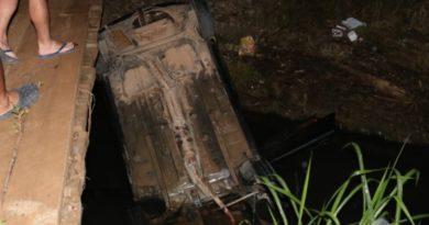 Carro capota em ribeira com três pessoas dentro, uma delas gestante