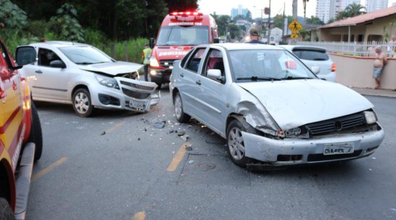 Colisão entre veículos deixou criança ferida em Blumenau