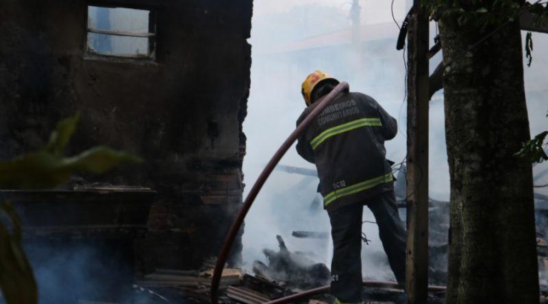 Casal precisará de ajuda para recomeçar a vida após incêndio que destruiu casa no bairro Itoupava Central, em Blumenau
