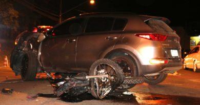 Colisão entre SUV e moto deixa vítimas em estado gravíssimo em Blumenau
