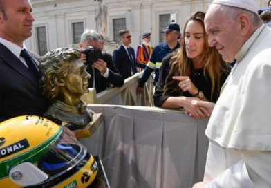 Papa ganha busto de bronze e capacete de Ayrton Senna