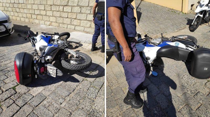 Agente de trânsito é agredido por homem que conduzia moto sem habilitação