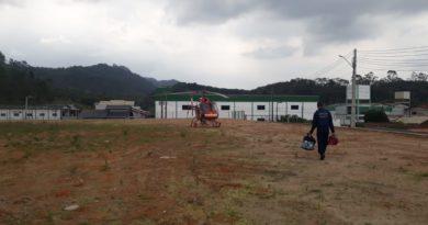 Arcanjo-03 é acionado para socorrer homem que caiu do  telhado, em Gaspar