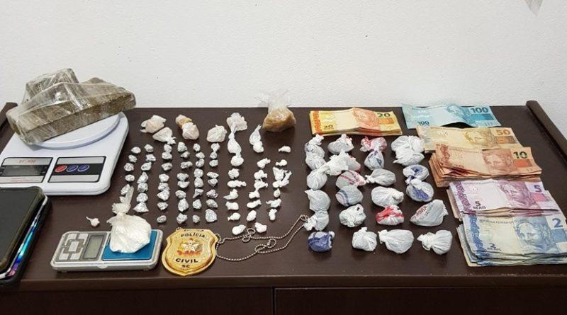 Polícia Civil prende duas pessoas e apreende adolescente por tráfico de drogas, em Barra Velha