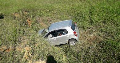 Carro cai em ribanceira às margens da BR-470, em Blumenau
