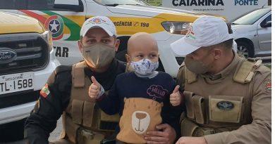 O sonho do pequeno Benjamin, de 4 anos, é ser policial militar. Linda história pra terminar a semana