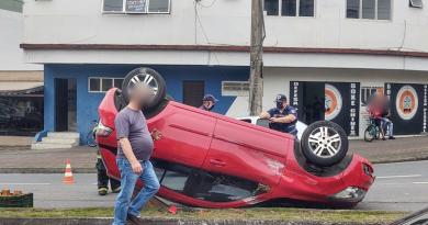 Carro capota após colidir com outro veículo no Centro de Blumenau