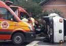 A caminho de ocorrência, viatura dos Bombeiros sofre acidente, em Blumenau
