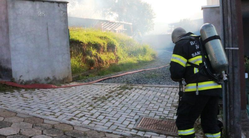 Incêndio em residência no bairro Velha em Blumenau pode ter sido provocado