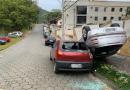 Motorista bate em veículo estacionado e capota na Itoupavazinha