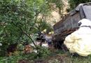 Motorista morre após colidir contra carro e carreta na BR-470